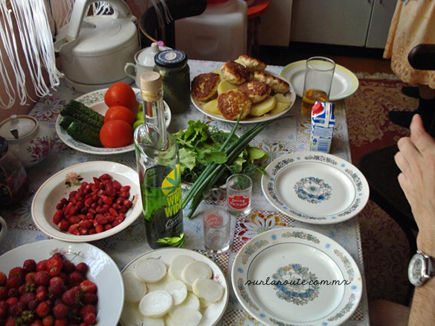 Comida típica rusa en la campiña.