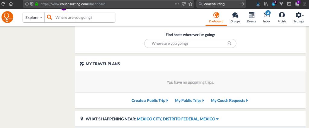 En Couchsurfing se puede hacer público un viaje, con el fin de ser contactado por gente local. Resulta ser una manera de hacer amigos extranjeros de antemano